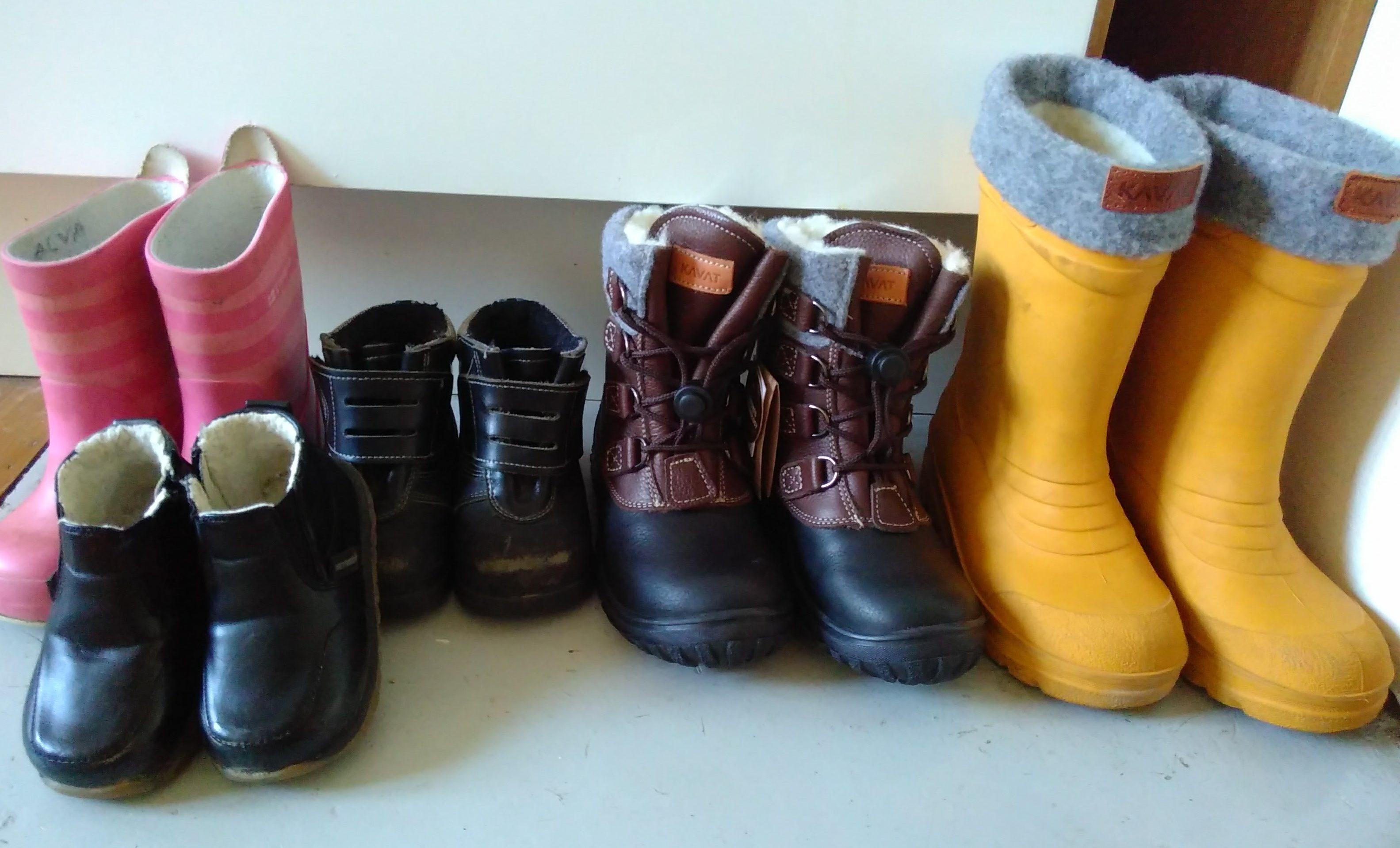 f385a86c15f Hjärtegrynet fick två par nya skor, fodrade stövlar och vinterkängor, båda  från kavat. Stövlarna har han haft på nästan varje dag i en månad nu så de  var ...